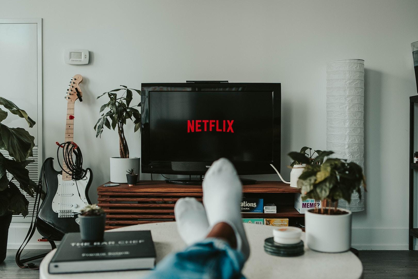 μαύρη τηλεόραση επίπεδης οθόνης ενεργοποιημένη με ένδειξη netfilx
