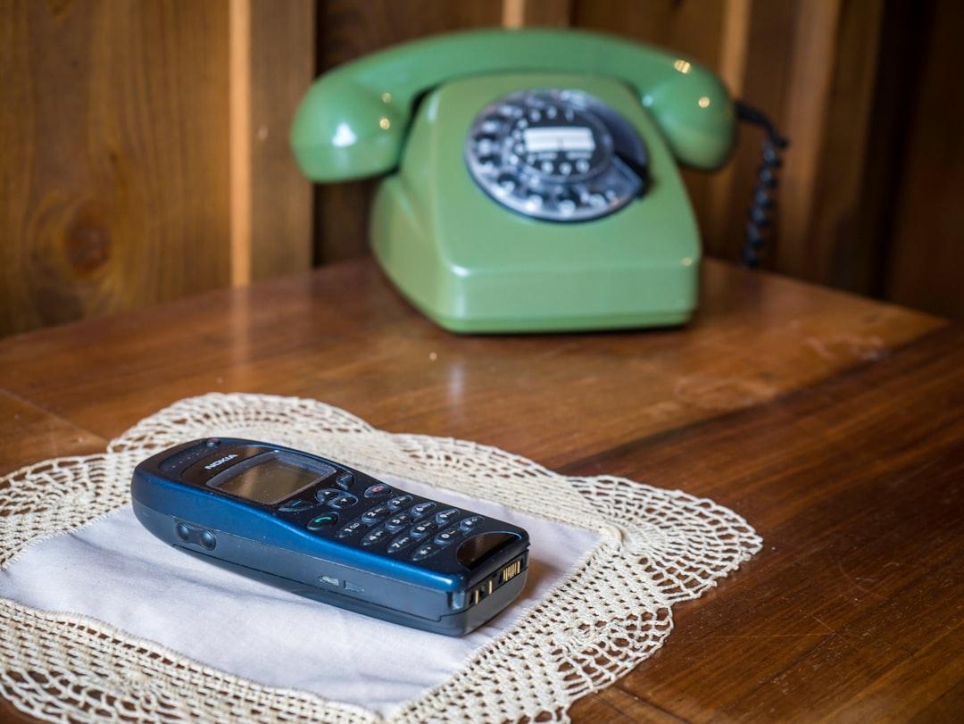 Telefone aus zwei Epochen. Telephones from two eras.