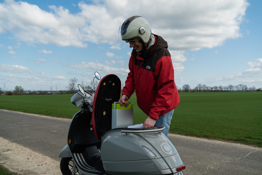The Kumpan 54 Ri features three easy to change lithium-ion batteries, each giving it a range of 50 kilometers.