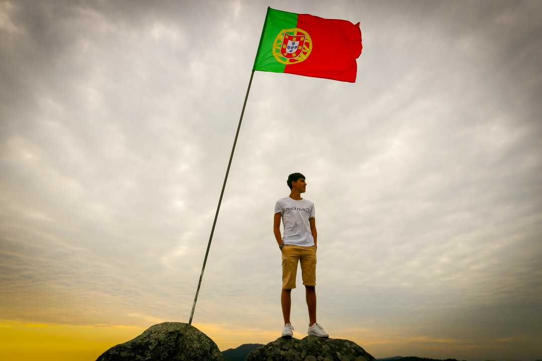 Hope, blood and an astrolabe with 7 castles: the meaning of the Portuguese flag