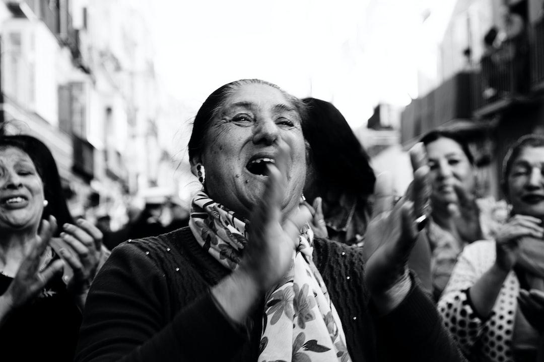 """Rezándole a su Cristo. El """"Cristo de los Gitanos"""" Durante la Semana Santa de Málaga."""