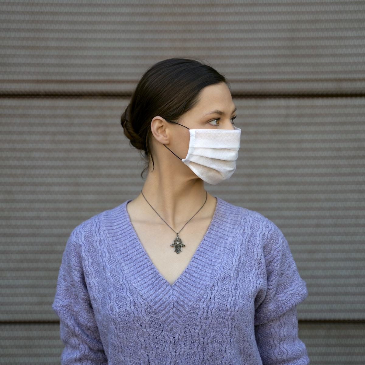 asintomáticos coronavirus, estudio seroprevalencia, woman in blue v neck sweater wearing white face mask
