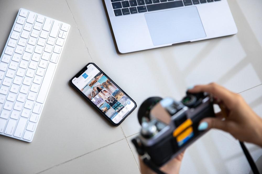 black iphone 7 on macbook pro