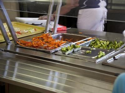 Ecco come si diffonde rapidamente il virus al buffet del ristorante, dopo 30 minuti tutti contagiati
