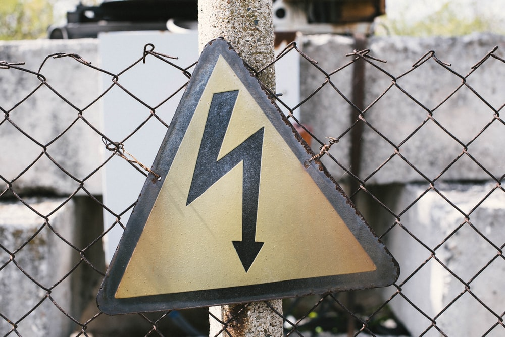 yellow and black arrow sign