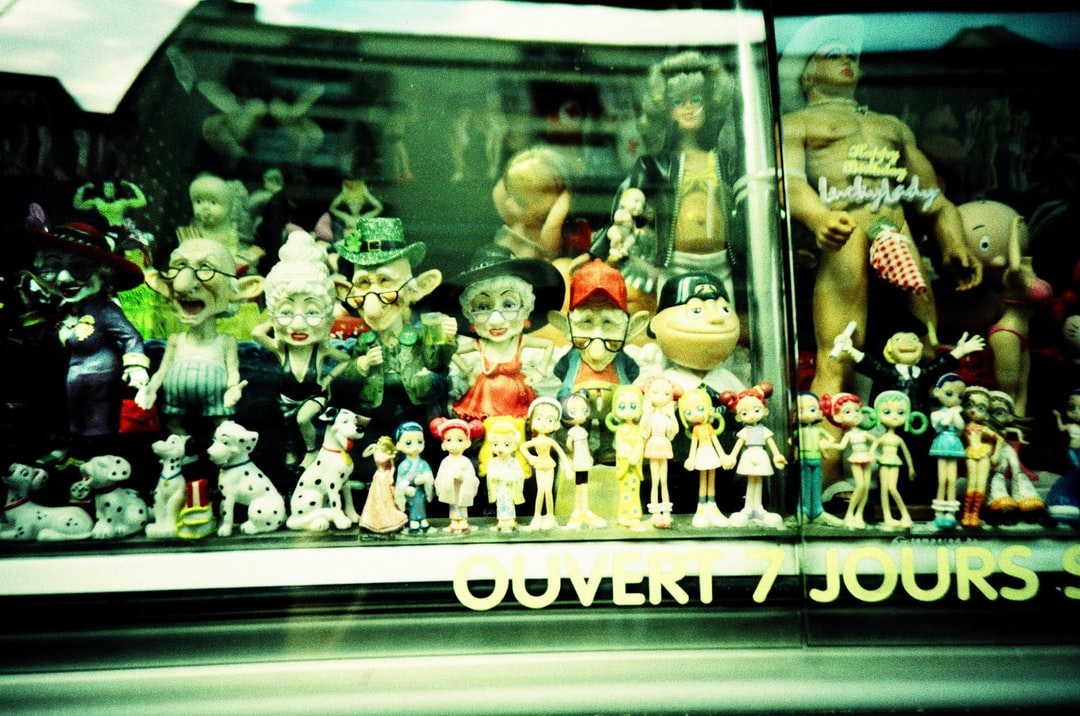 Toys & dolls in a window Open 7 days out of 7 Ouvert 7 jours sur 7