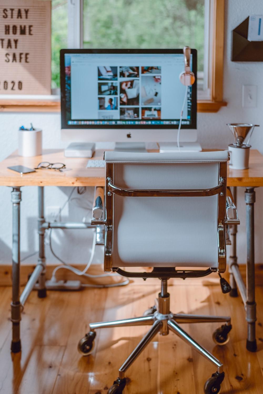 Como montar um home office? Pense no espaço que ele vai ocupar, na organização e nos equipamentos básicos como computador, cadeira e mesa.