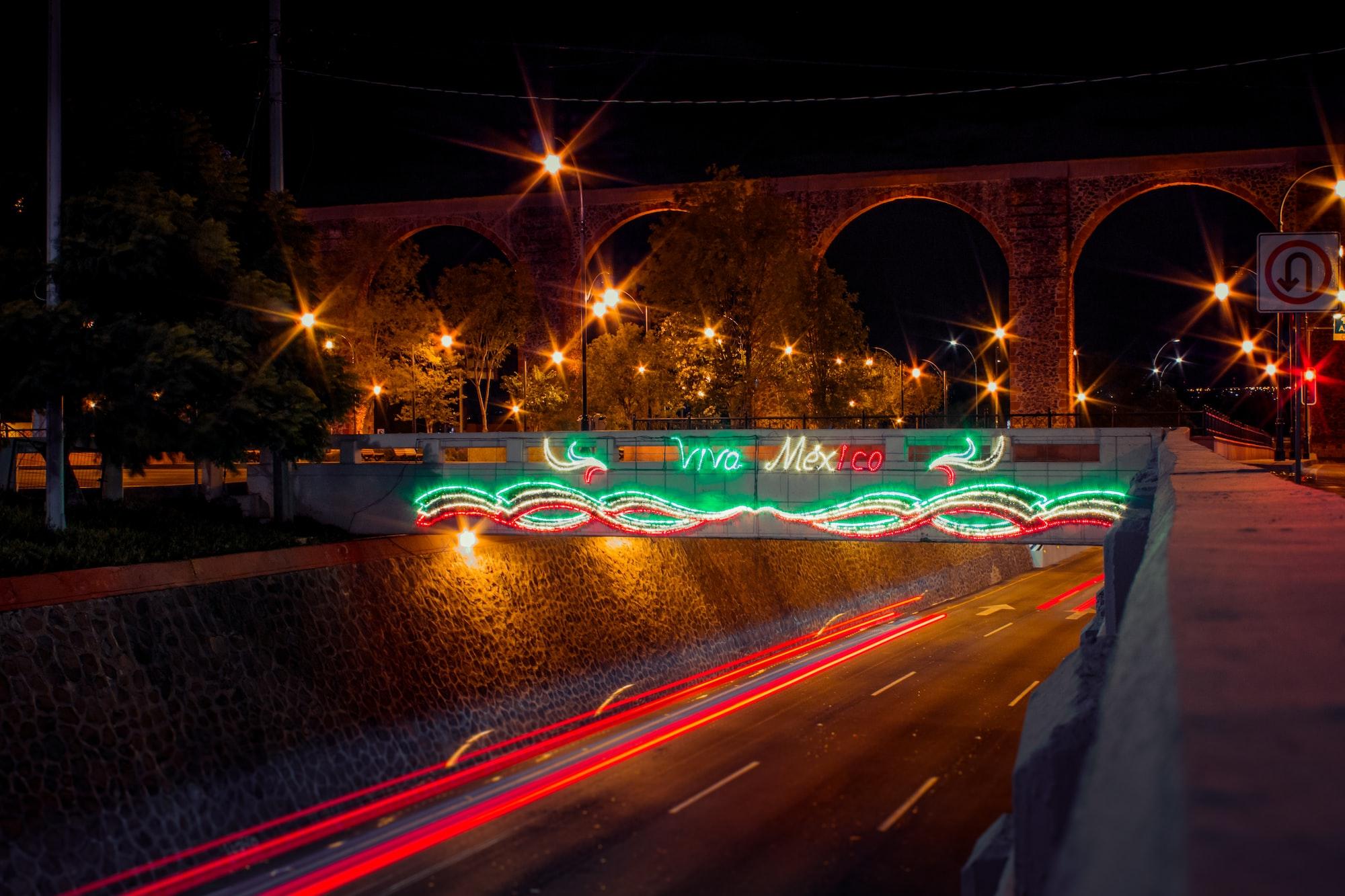 Viva México. Adornos por ´Día de la Independencia' bajo los Arcos de Querétaro, Querétaro.