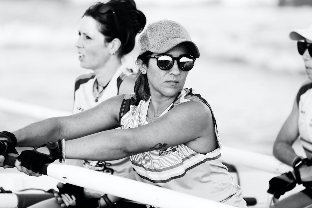 """Miembros del equipo femenino (Galfinas) del Club de Remo y Pala tradicional """"La Carihuela""""  durante una regata de barcas de jábega."""