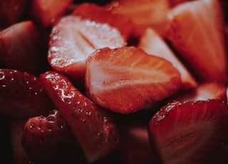 sliced strawberries in close up photography