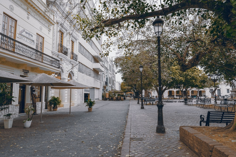 black street lamp near white concrete building during daytime