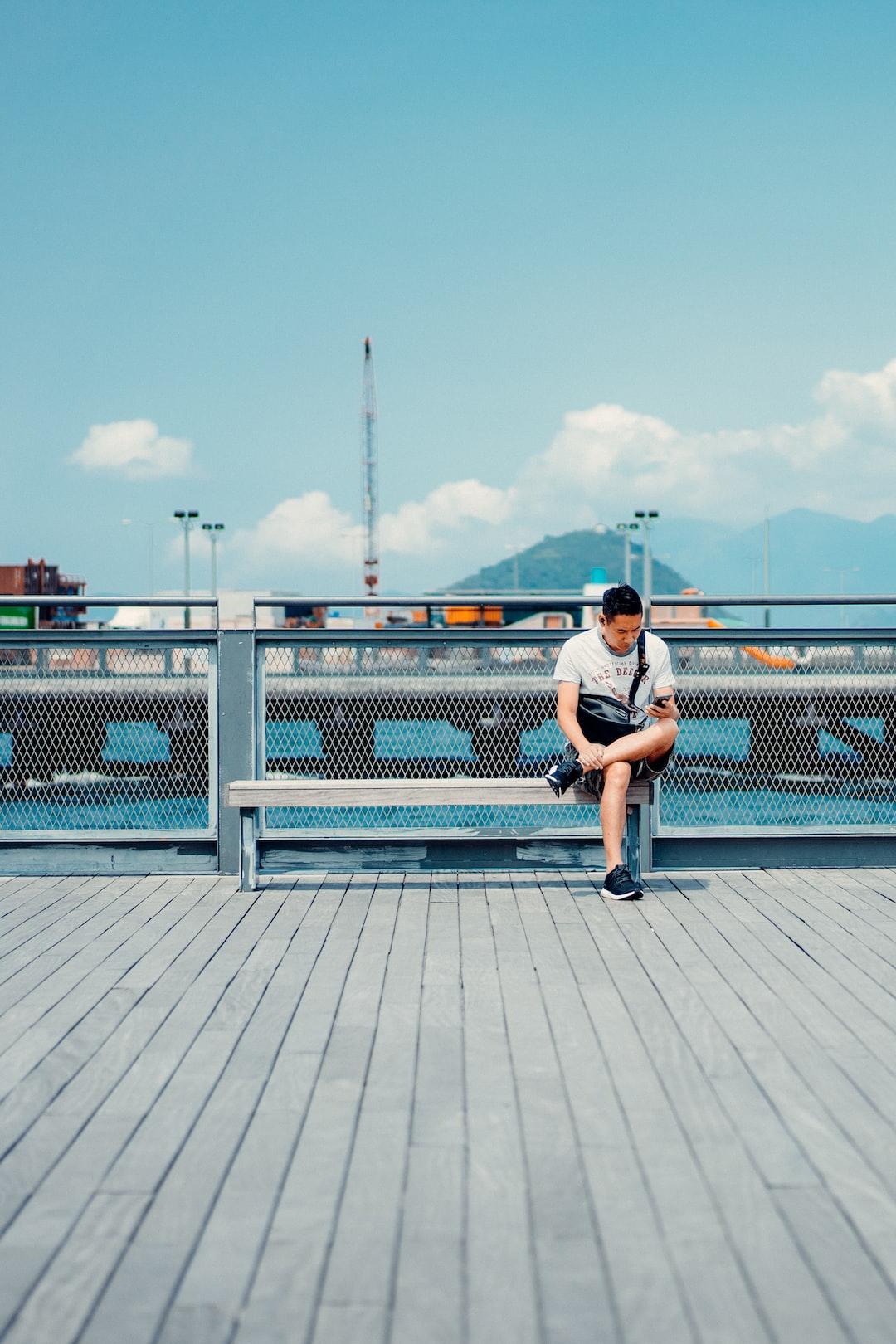 Scrolling Unsplash new feeds on Hk docks