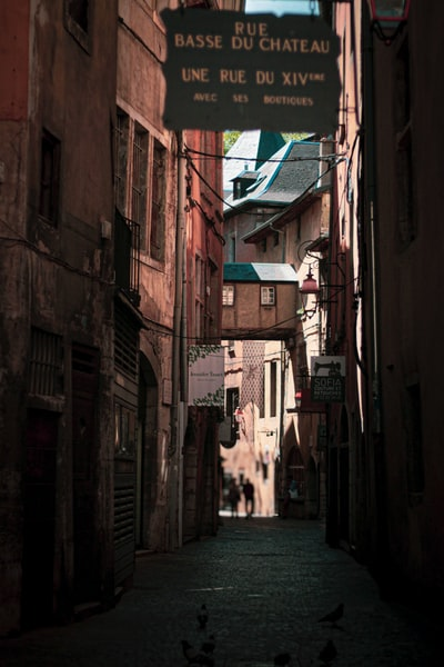 alley photography of a street during daytime