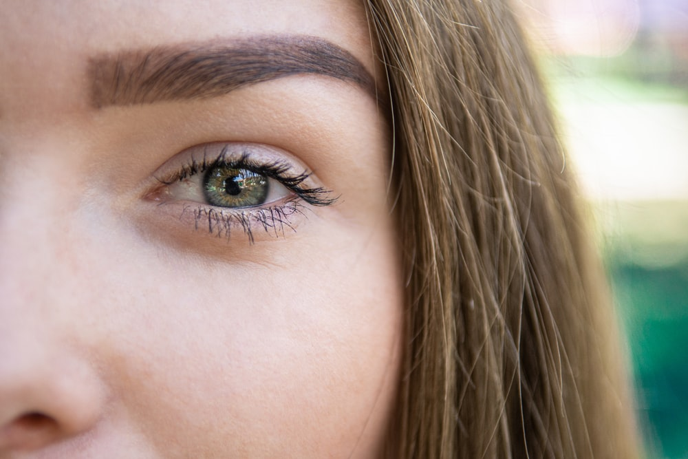 woman with green eyes and brown hair photo – Free Skin Image on Unsplash