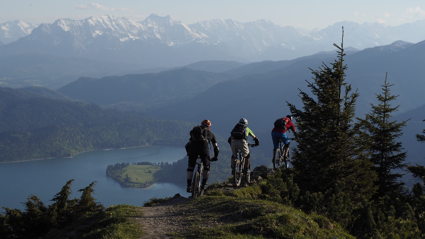 Jezdci v terénu na horském kole