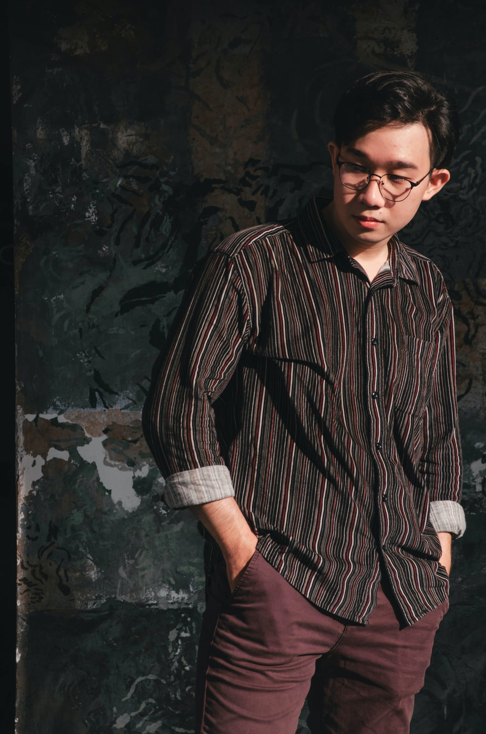 man in black and brown stripe button up shirt