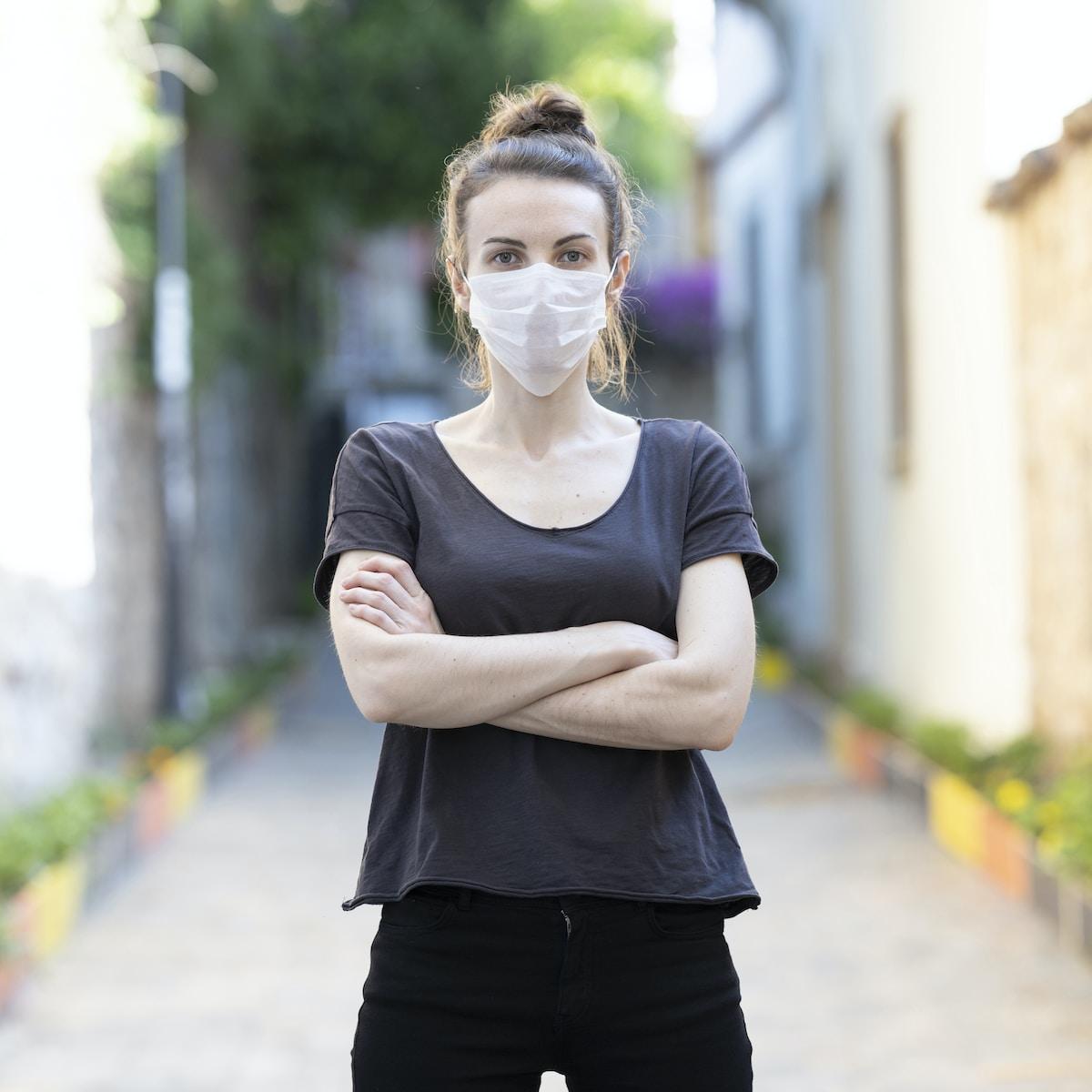 Mujer con mascarilla / coronavirus / covid-19/ vacuna