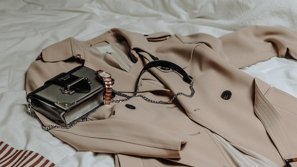 Le trench-coat, l'indispensable parisien qui va avec tout!