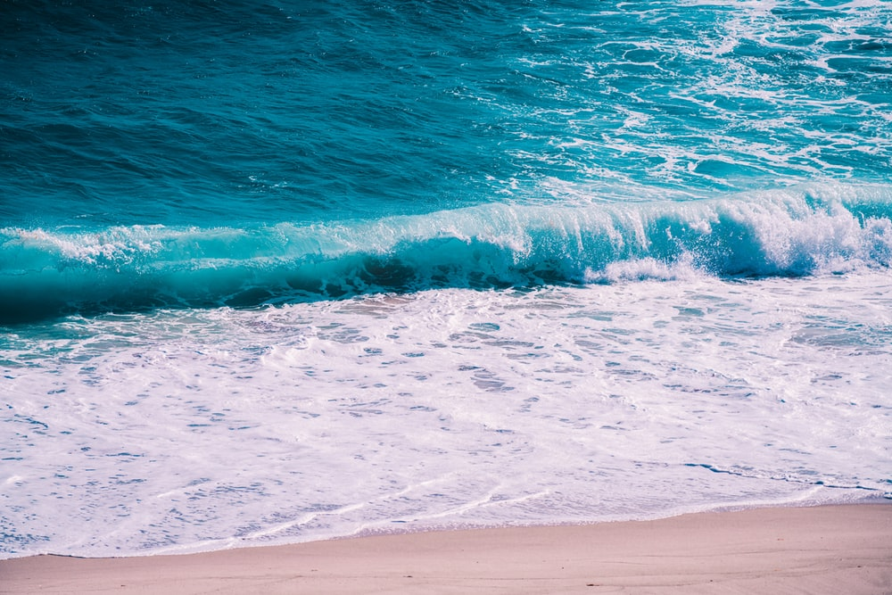 ocean waves on shore during daytime