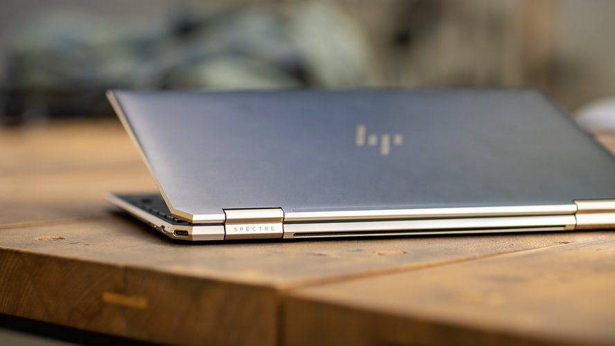 Laptop sobre mesa