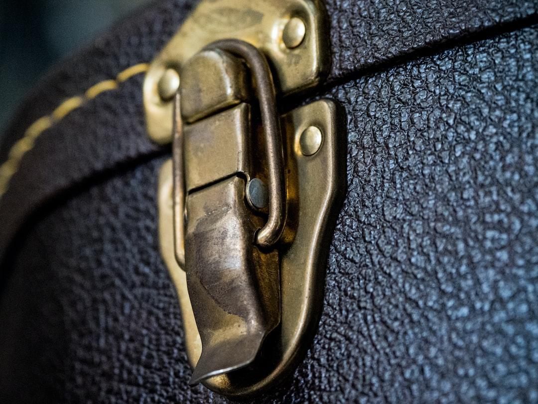 close up, bokeh, macro, blur, blurred background, close focus, guitar case, clasp, brass, guitar, texture, stitching,