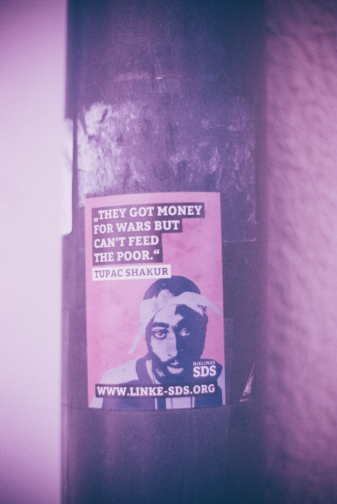THEY GOT MONEY FOR WARS BUT CAN'T FEED THE POOR (_Tupac Shakur) – Urban street art sticker. Made with Leica R7 (Year: 1994) and Leica Summicron-R 2.0 35mm (Year: 1978). Analog scan via nimmfilm.de: Fuji Frontier SP-3000. Film reel: Kodak Ektarchrome E100 SW (expired 2001)