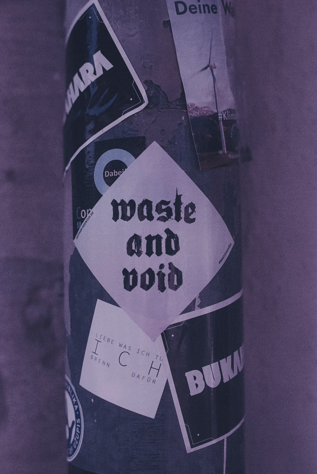 WASTE AND VOID – Urban street art sticker. Made with Leica R7 (Year: 1994) and Leica Summicron-R 2.0 35mm (Year: 1978). Analog scan via nimmfilm.de: Fuji Frontier SP-3000. Film reel: Kodak Ektarchrome E100 SW (expired 2001)