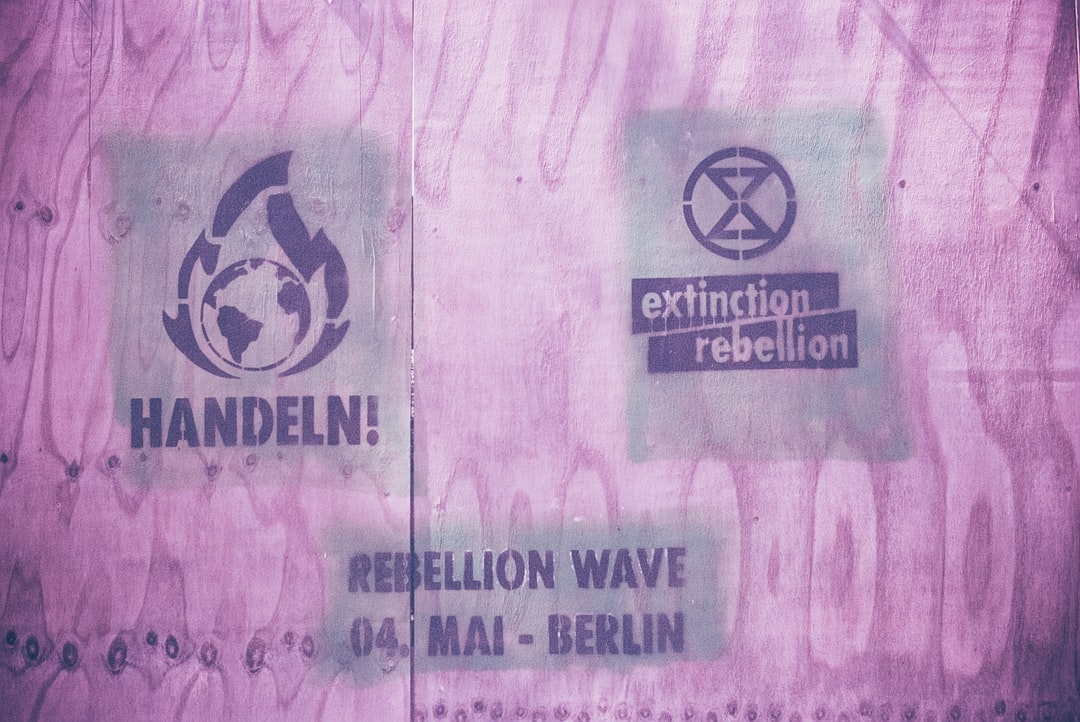 EXTINCITON REBELLION – Urban street art graffiti. Made with Leica R7 (Year: 1994) and Leica Summicron-R 2.0 35mm (Year: 1978). Analog scan via nimmfilm.de: Fuji Frontier SP-3000. Film reel: Kodak Ektarchrome E100 SW (expired 2001)