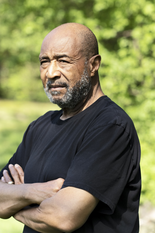 man in black crew neck t-shirt