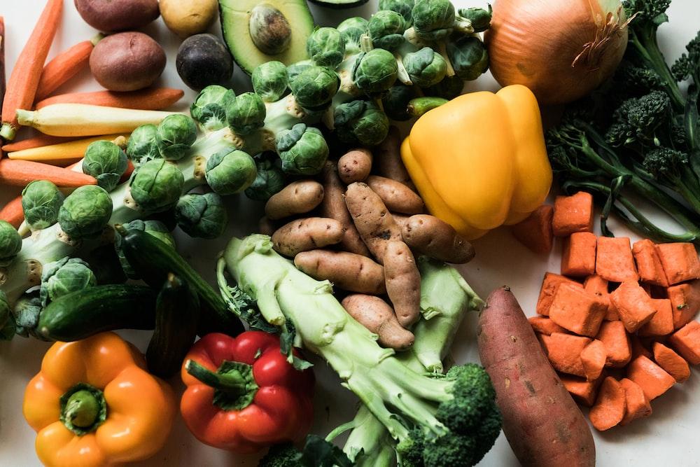 yellow bell pepper beside green vegetable