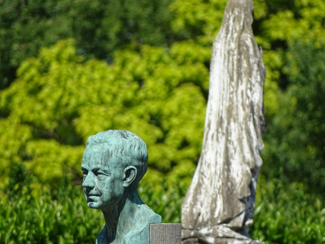 Statue at the cimetery - Statue auf dem Friedhof - Standbeeld op het kerkhof - Statue dans le cimetière
