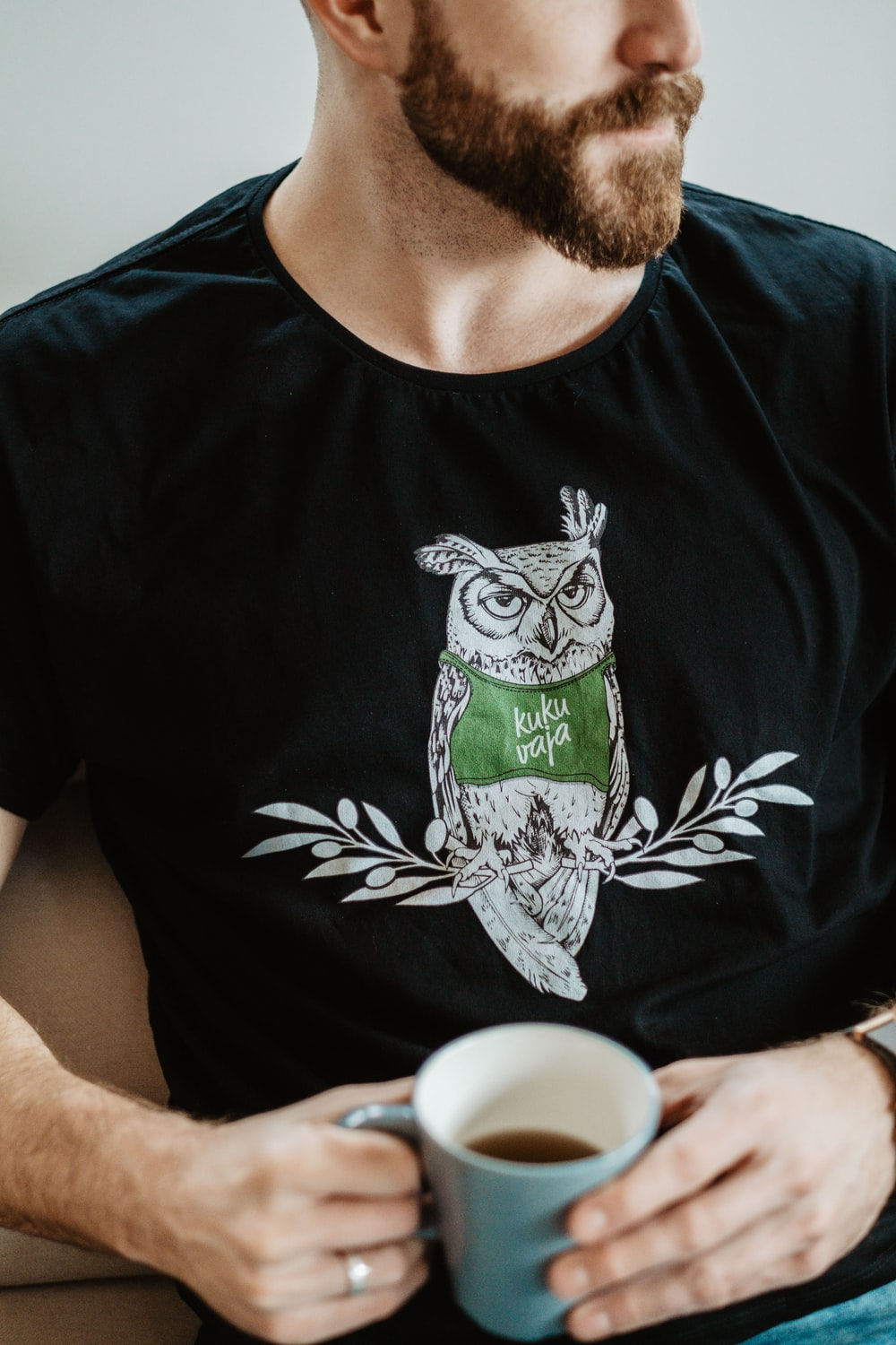 man in black and green crew neck t-shirt