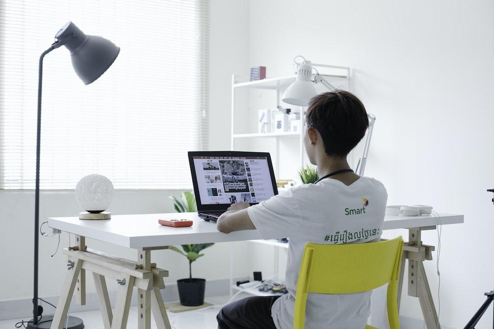 Para fazer a iluminação do seu home office você pode usar e abusar de diferentes tipos de luzes, inclusive a natural.