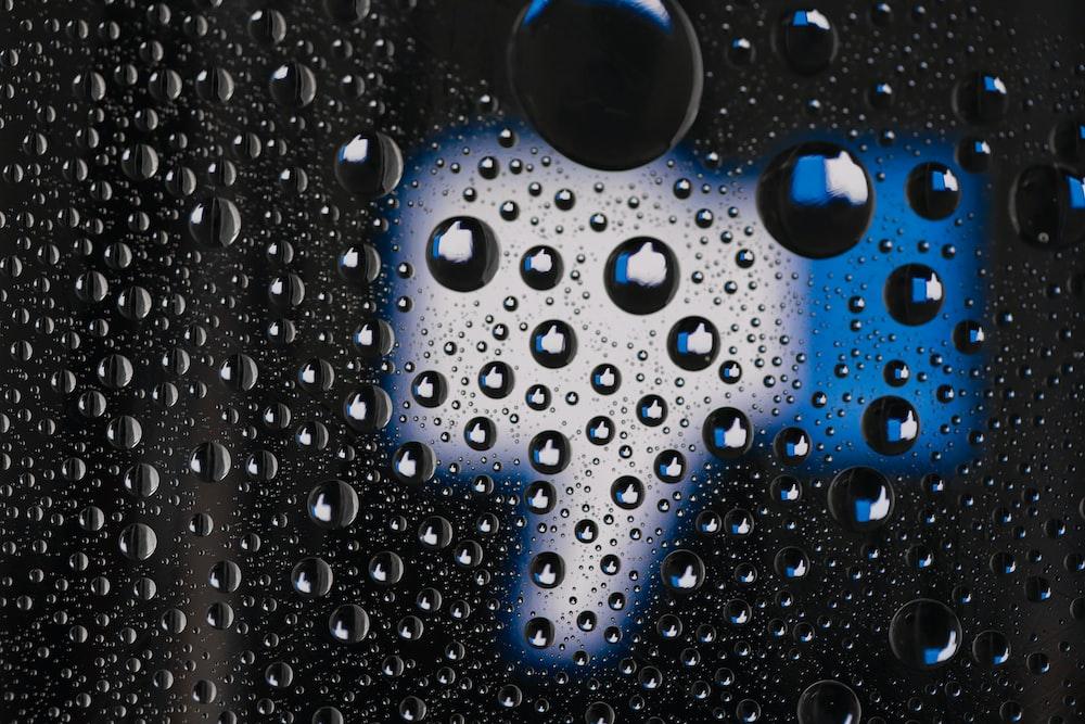ガラスパネル上の水滴