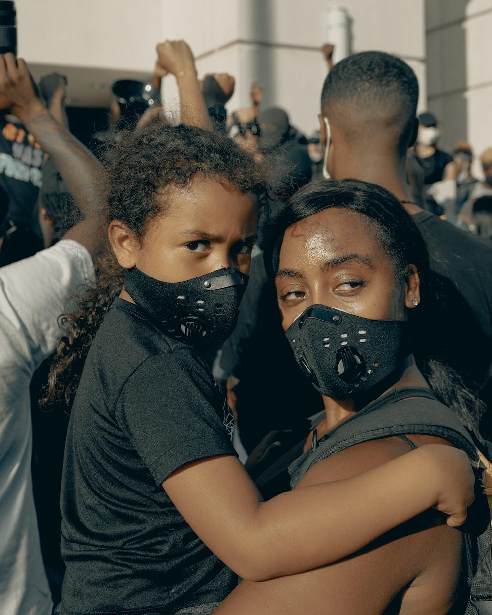 man in black crew neck t-shirt wearing black mask