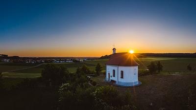 Die Salzberg Kapelle im Sonnenuntergang als Luftaufnahme