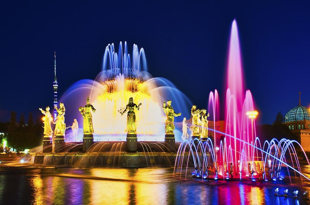 Fonte da Amizade dos Povos, um símbolo do parque VDNKh, iluminada à noite.