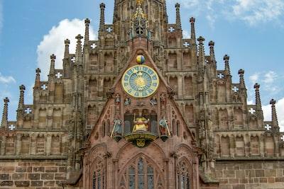 Kaiser Karl IV. thront am Westgiebel der Frauenkirche in Nürnberg. Astronomische Uhr mit Glockenspiel