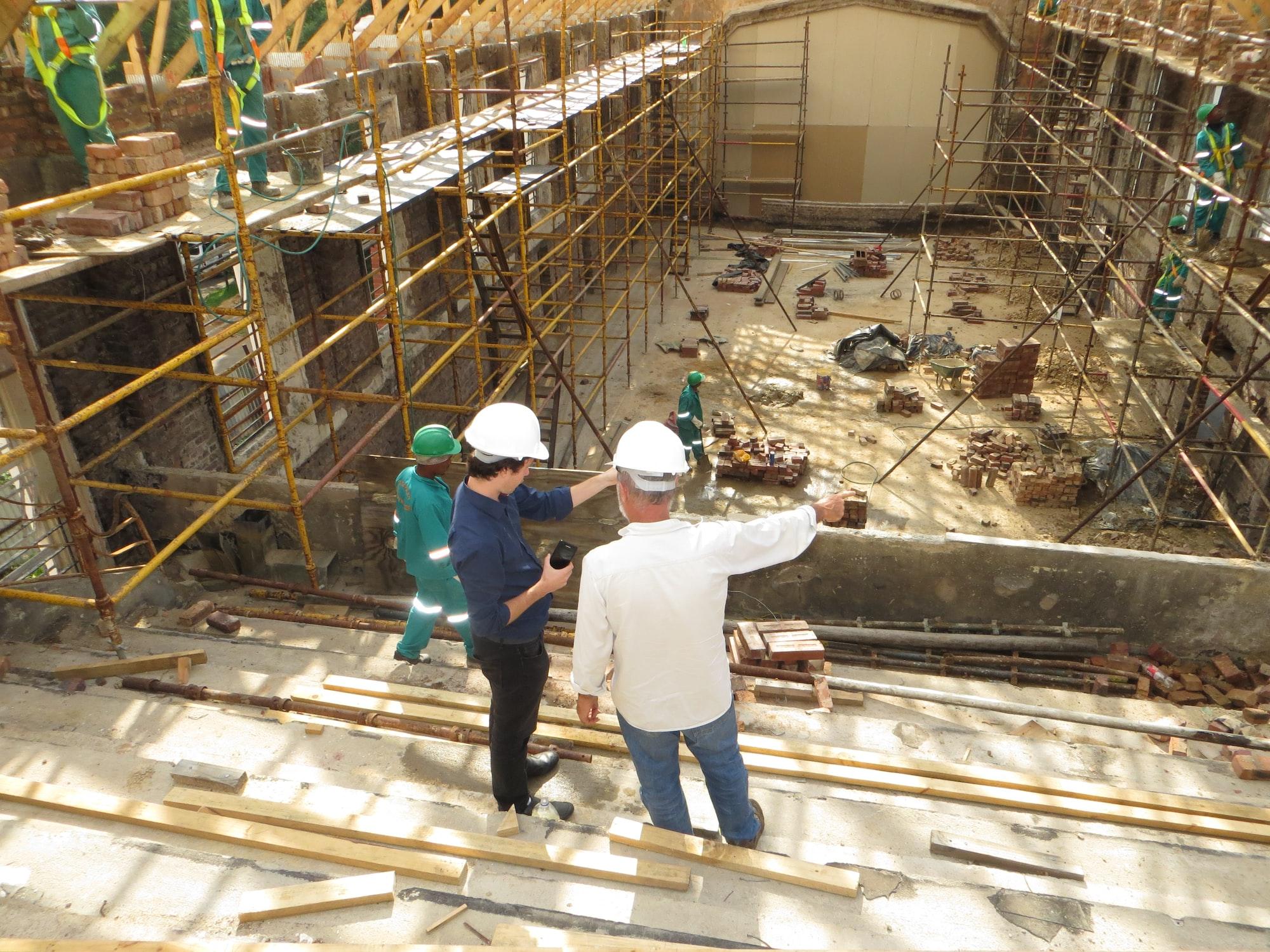 Arquiteto e gestor da indústria da construção civil conferindo uma obra.