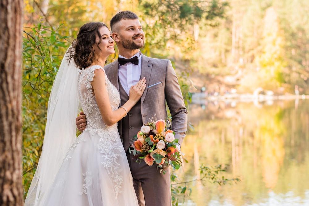 グレーのスーツの男と白いウェディングドレスの女性