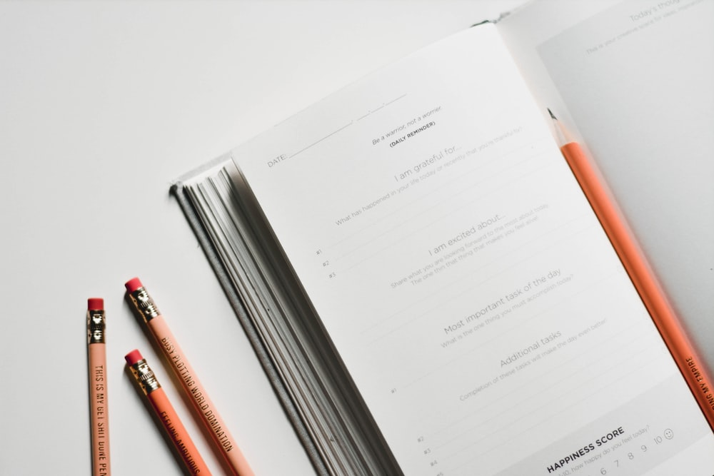 赤ペンの横にある白いプリンター用紙