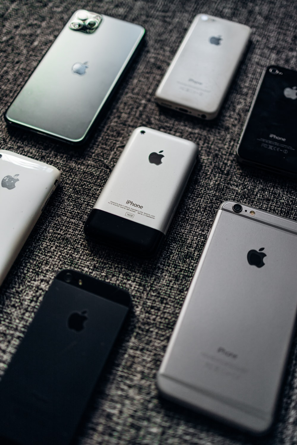 silver iphone 6 and space gray iphone 6
