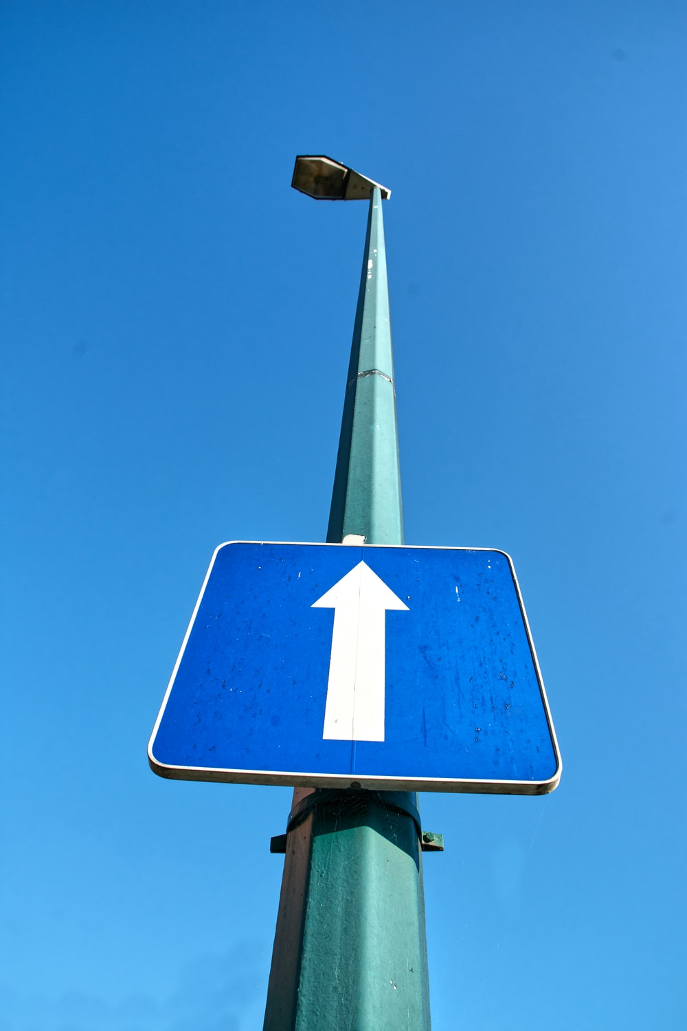 blue and white arrow sign