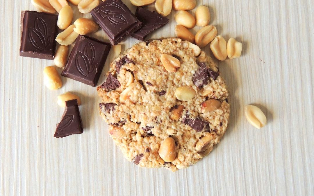 Oatmeal cookies with pieces of chocolate and peanuts. • Овсяное печенье с кусочками шоколада и арахисом.