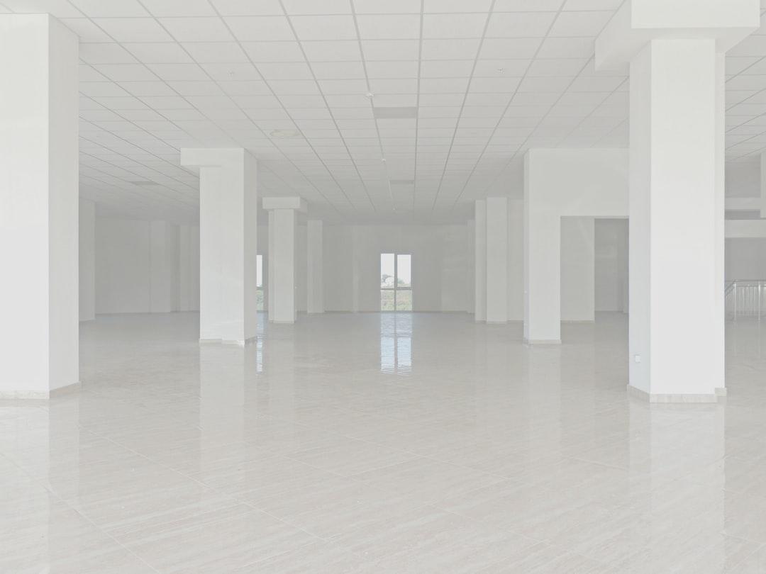 Empty floor. White walls.• Пустой этаж, белые стены.