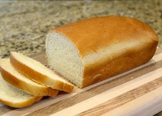 面包上褐色的木制砧板