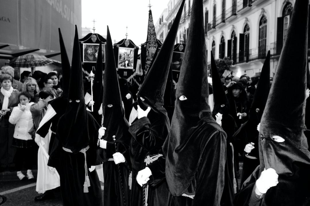 Desfile procesional durante la Semana Santa de Málaga a su paso por la Plaza de la Merced.