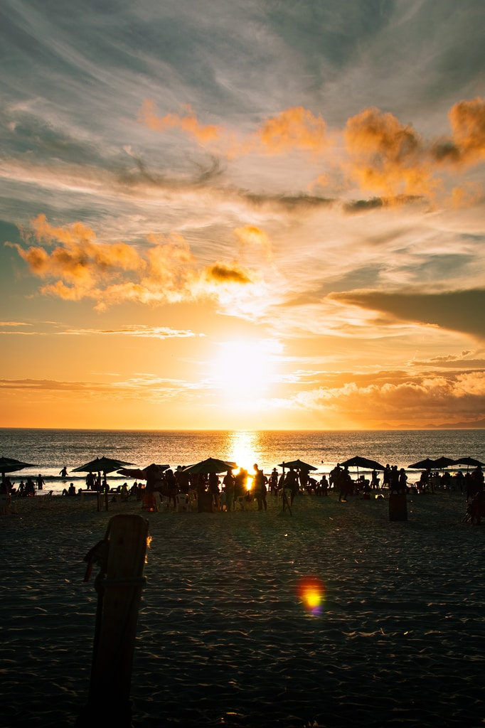 por do sol na praia grande em arraial do cabo