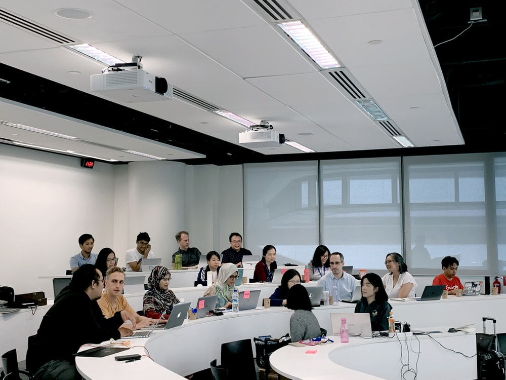 プログラミングスクールで勉強する人たち