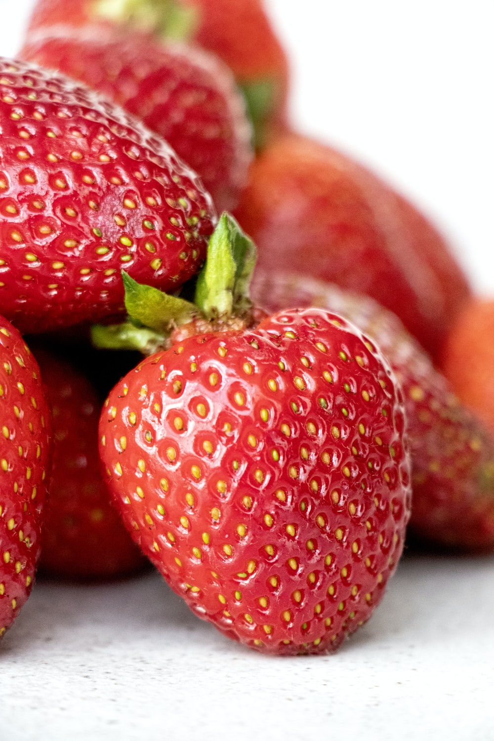 red strawberries in close up photography